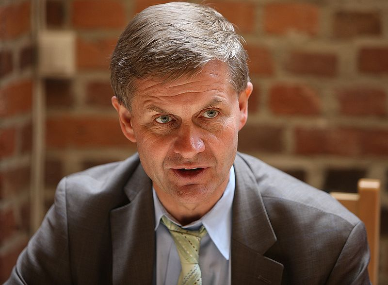 Erik Solheim in a grey suit and green tie.